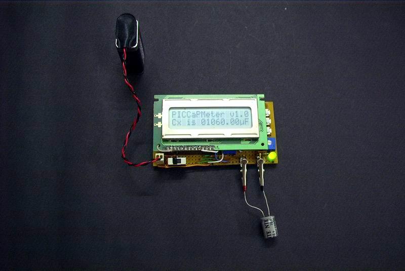 Измеритель емкости с автоматическим выбором диапазона измерений.