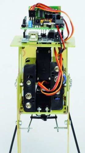 Ра�положение �ервоприводов, держателей батарей и проце��орной платы управлени� робота Filippo.
