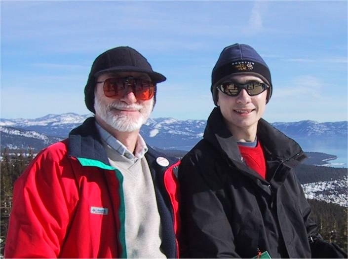 Катание с другом на горных лыжах возле