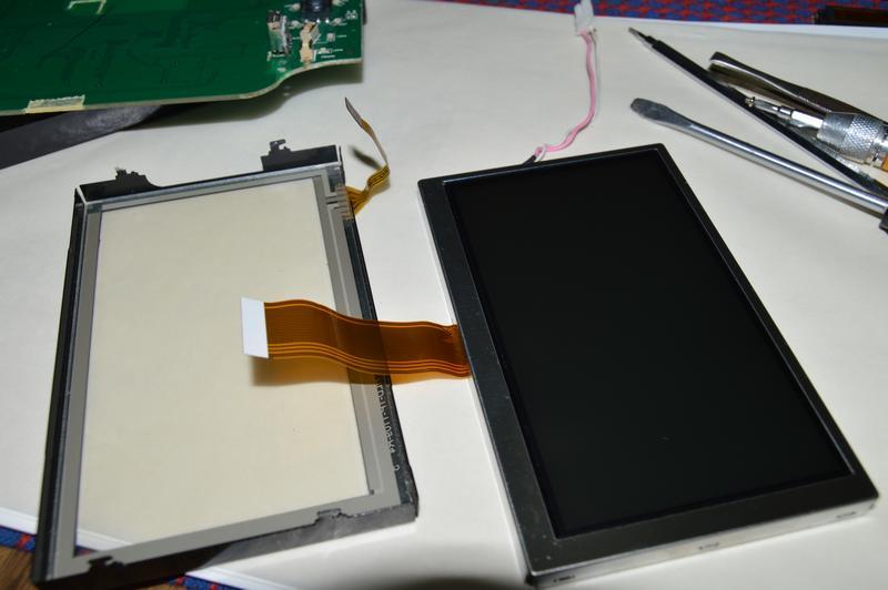 Mystery MMD-4503BS: Сенсорный экран дисплея демонтируется вместе с металлической рамкой.
