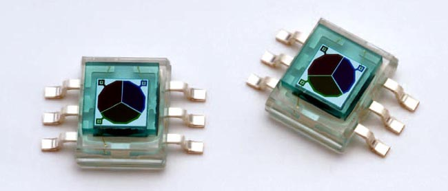 Color sensor achieves high dynamic range with auto exposure