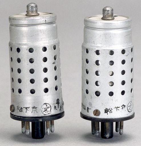 Первые радиолампы, выпущенные Panasonic в 1943 году под брендом МЕС.