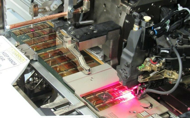 Микросварка 8 кристальных структур NAND-памяти перед герметизацией