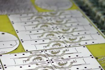 После травления на печатной плате еще остается металл