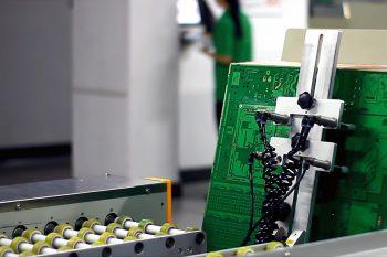 Специальные машины переворачивают печатные платы