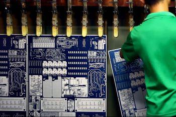 Интегральная схема на раунде металлизации обнаруженных областей меди