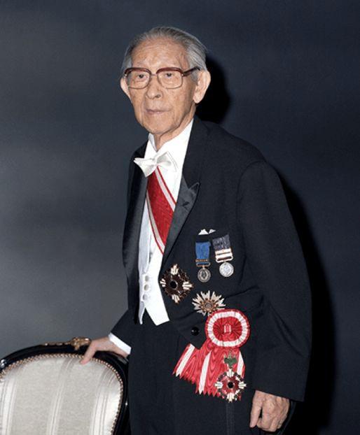 Коносуке Мацусита с высшими наградами Японии.