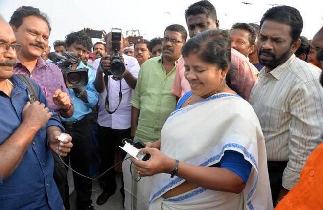 Министр рыболовного хозяйства Индии знакомится с судовым навигационным приемником системы NAVIC.