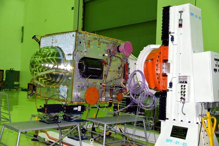 Космический аппарат IRNSS-1J на испытаниях в чистой комнате.