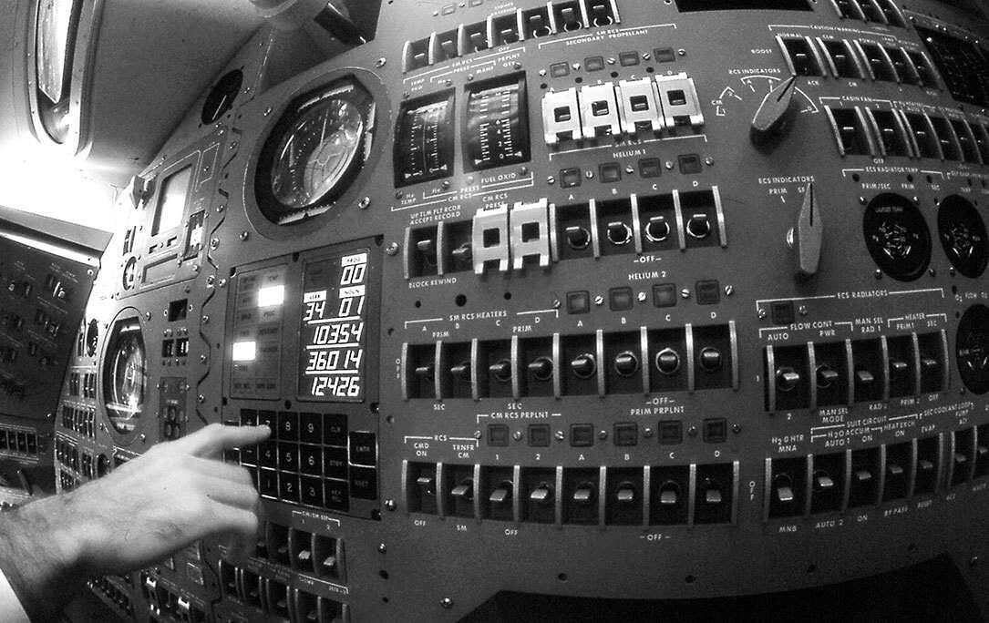 Для обновления данных, хранящихся на этом компьютере [Управляющий компьютер Apollo], который вычислял скорость и местоположение космического корабля, астронавты использовали астрономические наблюдения.
