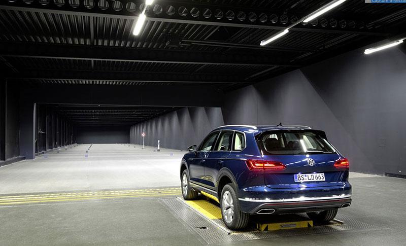 Световой туннель на заводе в Вольфсбурге.