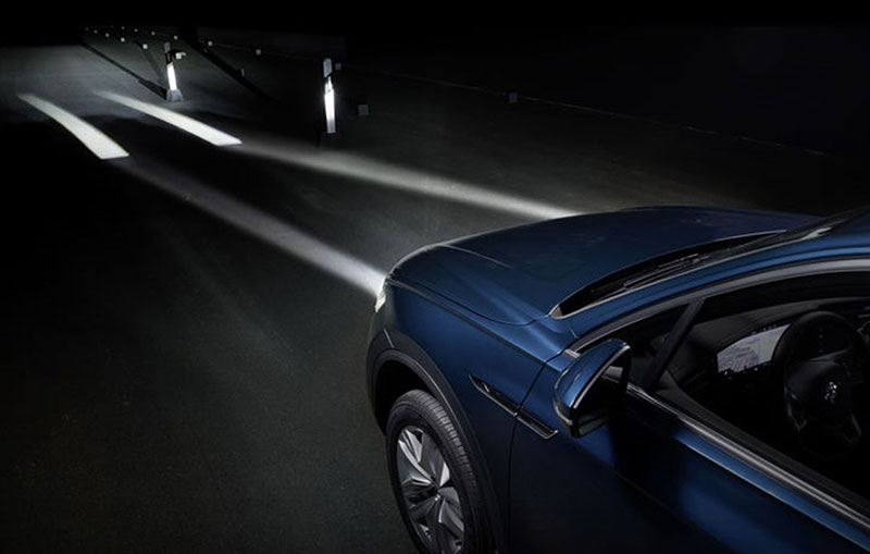 In the future, headlamps will mark the lane in narrow passages in advance.