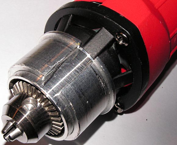 Фотография цилиндрической части корпуса мини дрели. (а) - перед установкой переходного кольца, (б) - с переходным кольцом.