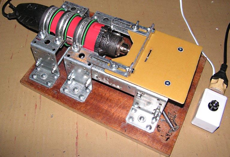 Фотография циркулярной пилы с мини дрелью «SKRAB 56000» и устройством на базе U2008B в корпусе (в сборе).