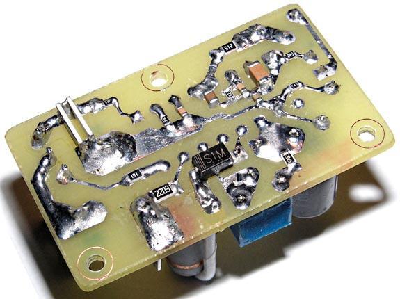 Фотография платы на базе U2010B (разводка на Рисунке 3). (а) - вид со стороны SMD компонентов, (б) - вид со стороны навесных компонентов.