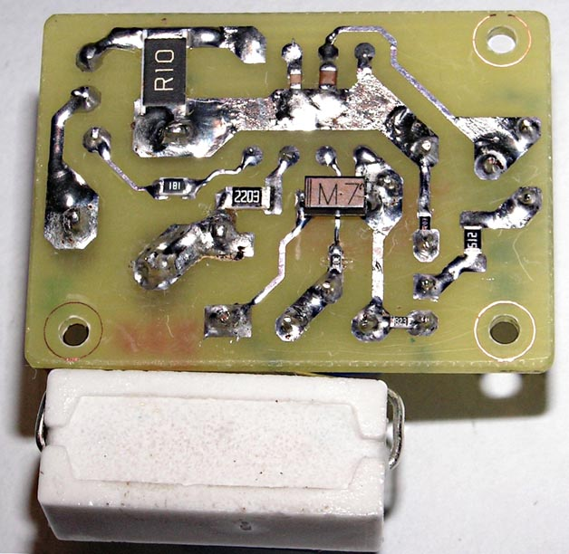 Фотография платы на базе U2008B (разводка на Рисунке 4). (а) - вид со стороны SMD компонентов, (б) - вид со стороны навесных компонентов.