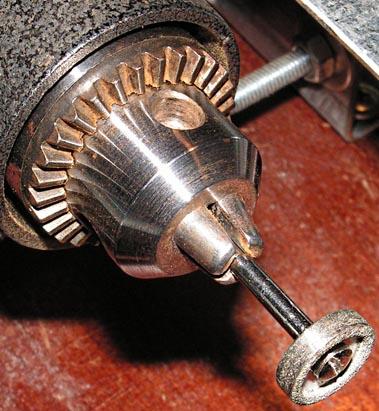 Фотография насадок для мини дрели «SKRAB 56000». (а) - стального пильного диска для циркулярной пилы, (б) - алмазного диска для заточки сверл.