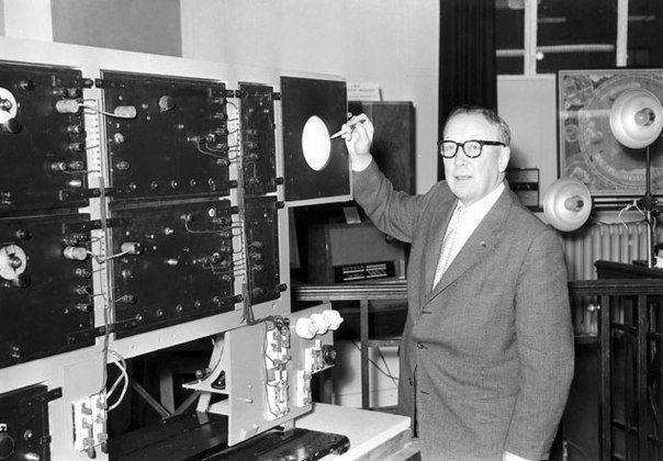 Роберт Уотсон-Уатт проводит первые испытания радара