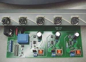 Эта версия схемы содержит три канала драйвера постоянного тока. Над печатной платой находится собранная светодиодная панель.
