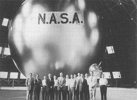 Надутый Echo 1 на заводе ВМФ по производству дирижаблей. (Фото NASA).
