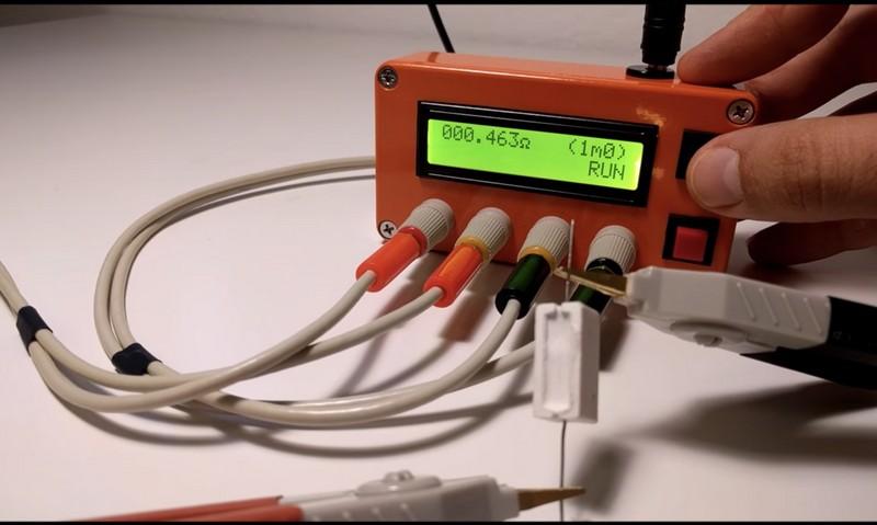 К измерительным щупам миллиомметра подключен тестовый резистор.