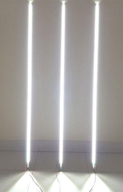 Фотография конструкции с 4 фотогальваническим панелями и тремя цепочками по 23 светодиода в каждой.