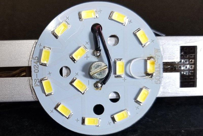 Один из светодиодов был намеренно закорочен, чтобы сократить число светодиодов в цепочке до 11.