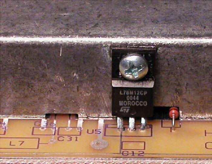 Чтобы обеспечить доступ к сигнальным проводникам, можно вырезать в краях экрана небольшие выемки. В качестве дополнительного преимущества можно использовать экран как радиатор для регулятора в корпусе TO-220.