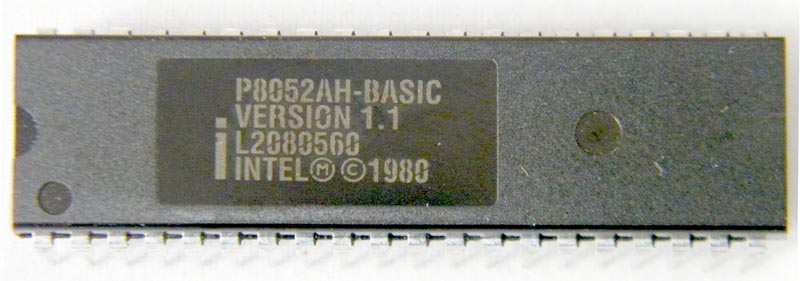 Микроконтроллер Intel 8052 с внутренним интерпретатором BASIC. (Фото с сайта http://www.retro-lab.nl)