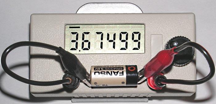 Измерение напряжения литиевой батарейки на 3.6 В.