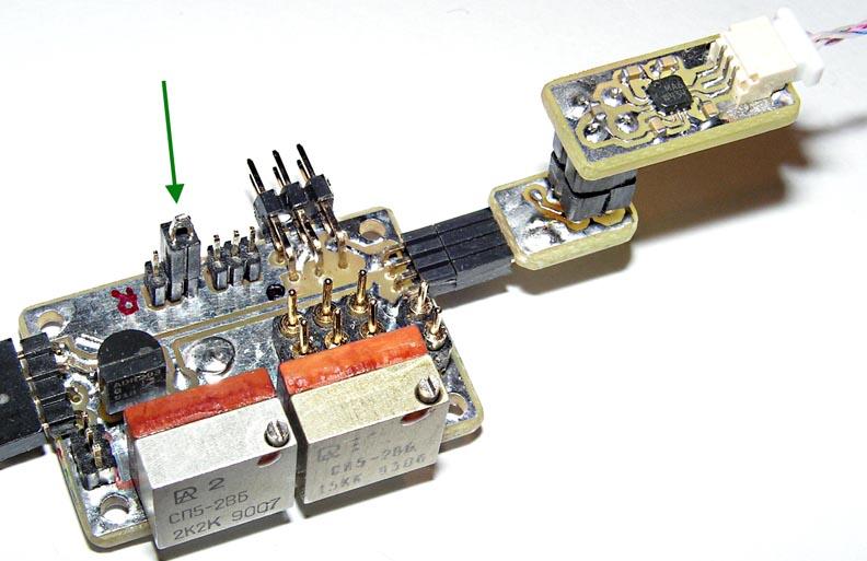 Фотография программирования микроконтроллера EFM8LB12 по интерфейсу RS-232 на плате вольтметра.